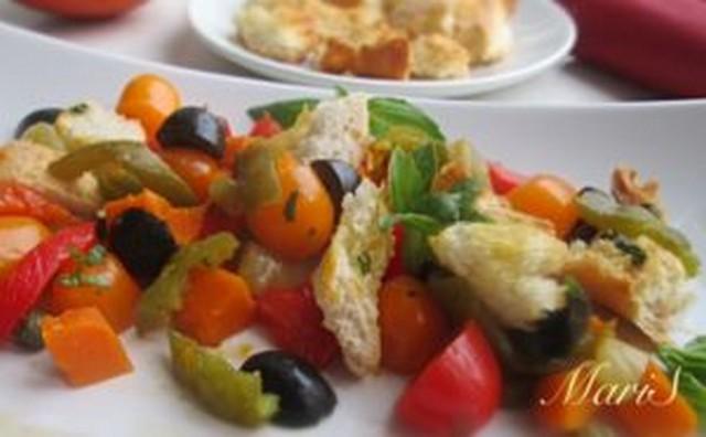 салат из овощей, запеченных под грилем в духовке с гренками