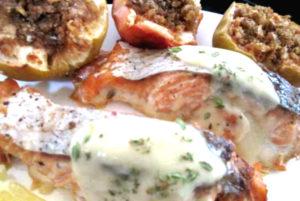 лосось с пряным соусом и фаршированными яблоками по-немецки