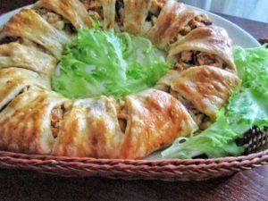 Закусочный слоеный пирог с курицей и грибами