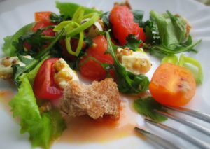 Салат с брынзой, семгой и овощами