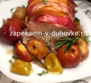 Свиная корейка в беконе с айвой и яблоками