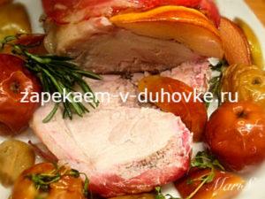Свиная корейка запеченная в беконе с айвой и яблоками в фольге