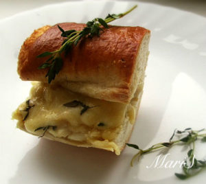 багет запеченный с рыбной начинкой