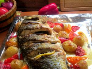 Запеченный карп с овощами в духовке