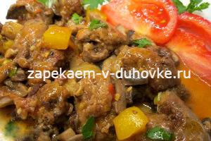 Куриная печень с овощами и грибами на сковороде