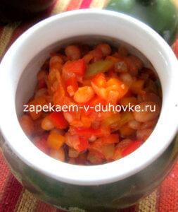 Теплый салат с помидорами и фасолью