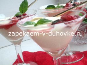 десерт из сливок с клубникой в вине