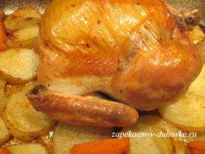 Запеченная в духовке с золотистой корочкой курица с овощами