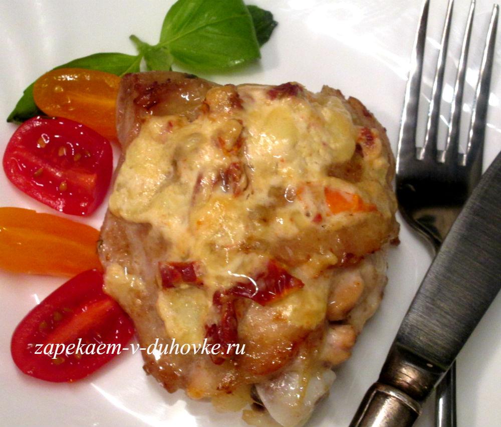 куриные бедра запеченные с моцареллой в сметанном соусе