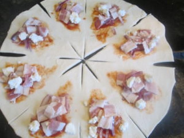 закусочный пирог с беконом и сыром моцарелла
