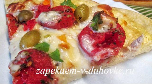Тонкая итальянская пицца с курицей и грибами
