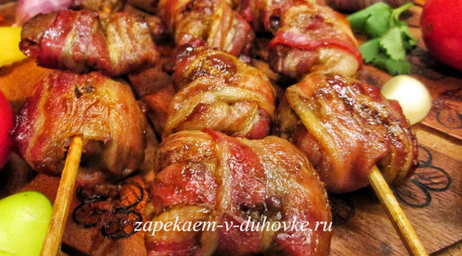 Шашлычки из куриной печени в беконе