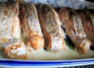 лосось с пряным соусом и фаршированными яблоками