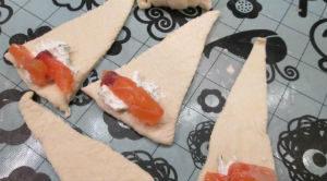 Мини-круассаны с красной рыбой и сливочным сыром - рецепт пошаговый с фото