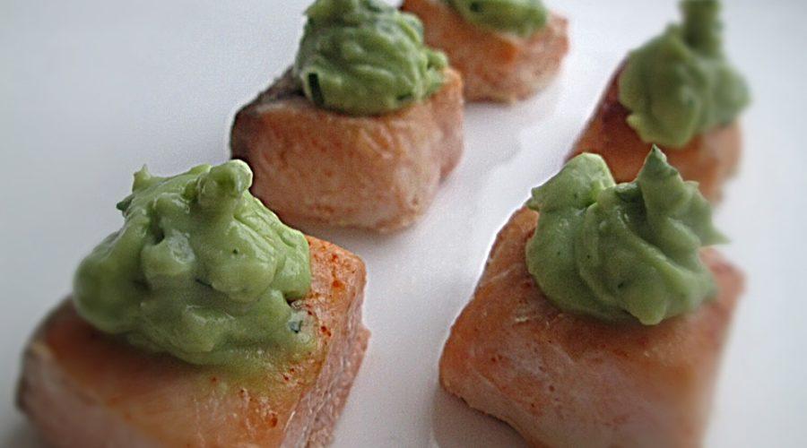 лосось кусочками запеченный под соусом из авокадо