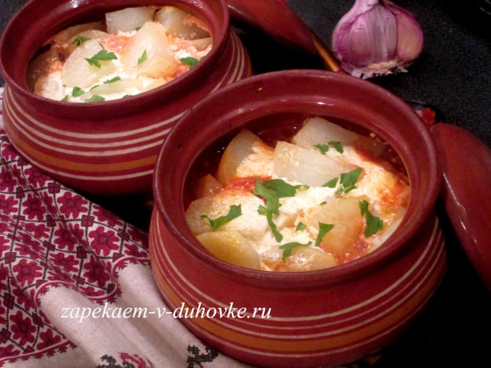 Жаркое с мясом, грибами и картофелем в горшочках