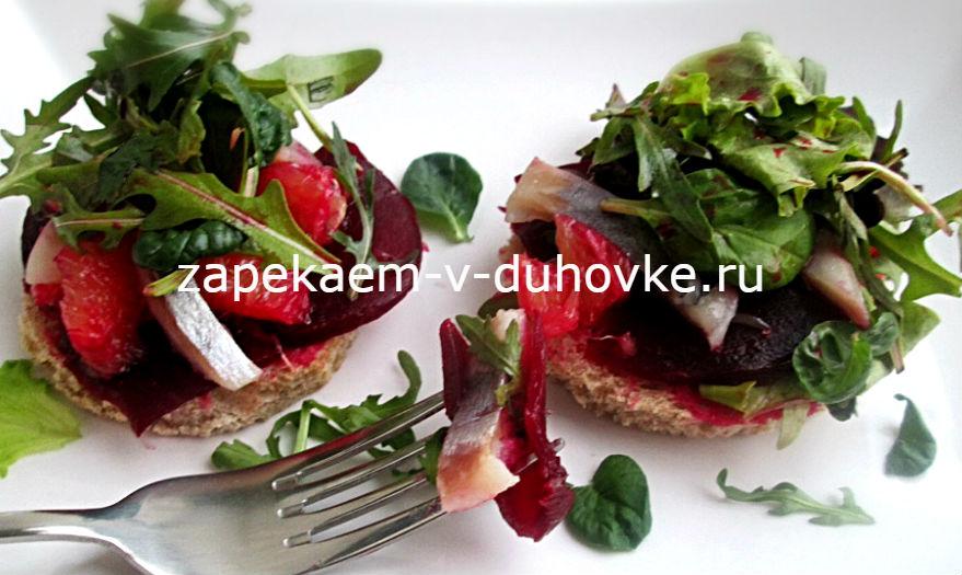 Салат из запеченной свеклы с сельдью