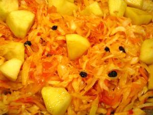 Квашенная капуста с яблоками запеченная в духовке