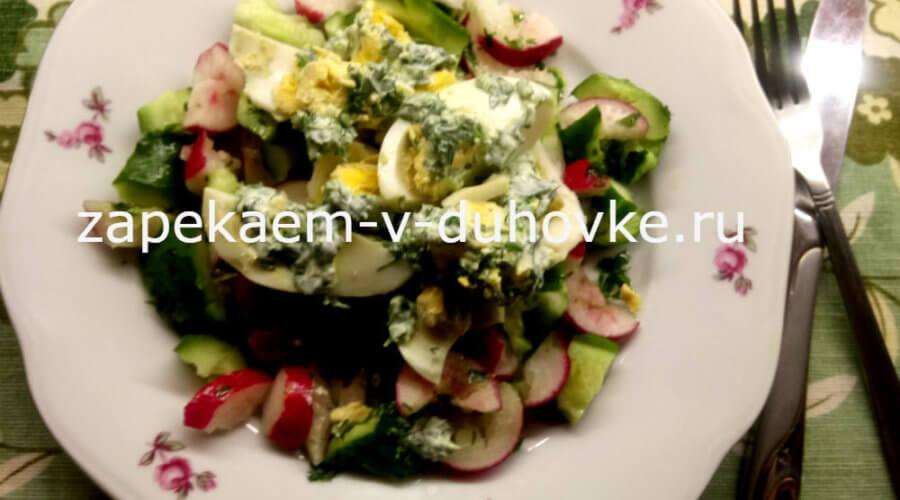 Зеленый салат из битых огурцов и редиски