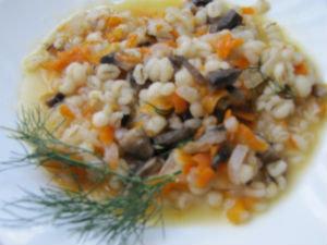 Запеченная в горшочках перловка с овощами