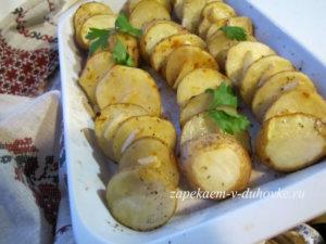 Запеченный с чесноком и травами картофель