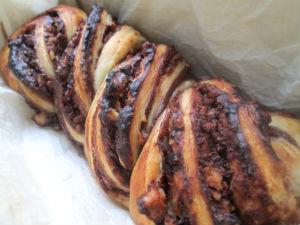 Кранц-плетенка с шоколадом.орехами из слоеного теста