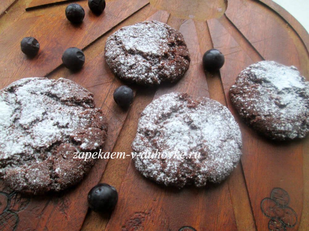 Постное шоколадное печенье с вареньем из смородины