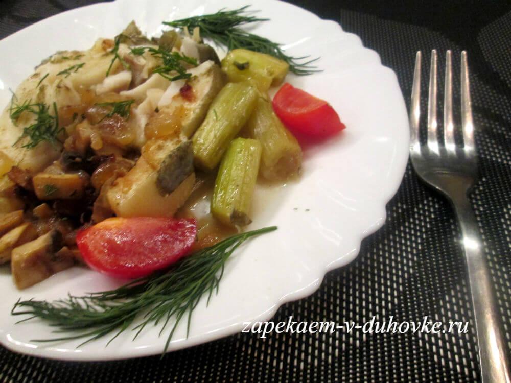 стейки трески запеченные с луком, сельдереем и грибами