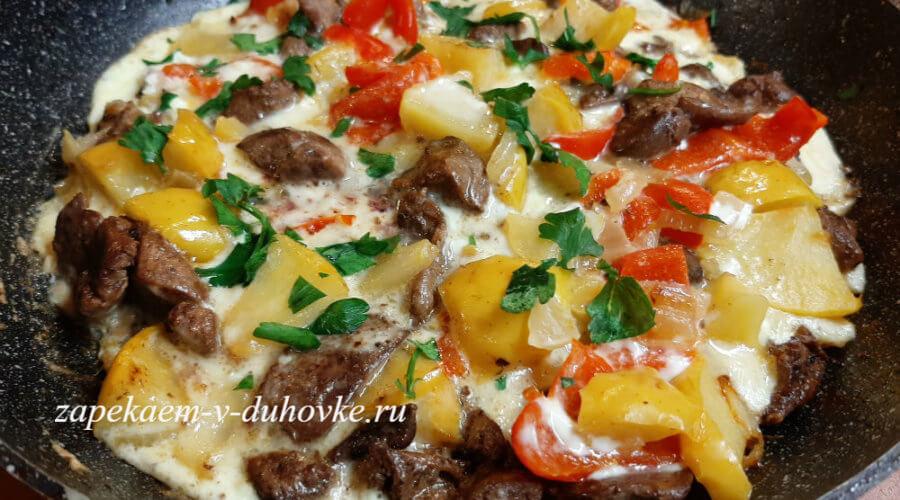 печень с овощами в яичной заливке