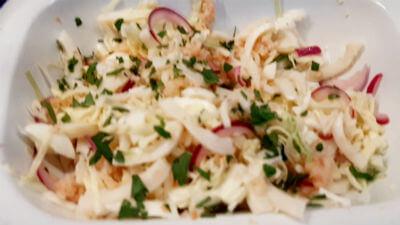 салат с кальмарами и молодой капустой